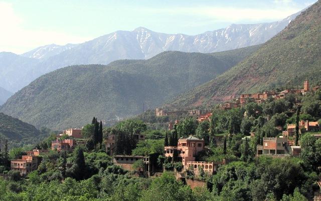 Maroc vallée del 'Ourika village avec au fond l'Atlas