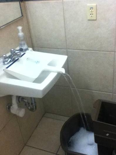 remplir d'eau avec un lavabo un gros récipient