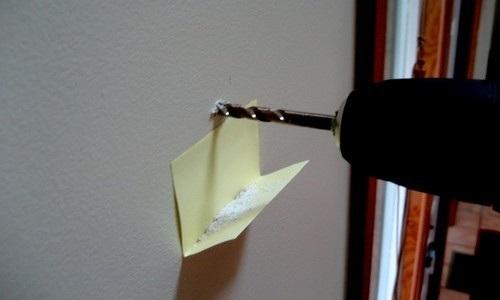 retenir les saletées quand on perce un trou dans un mur