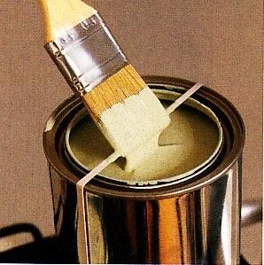 oter l'excès de peinture d'un pinceau